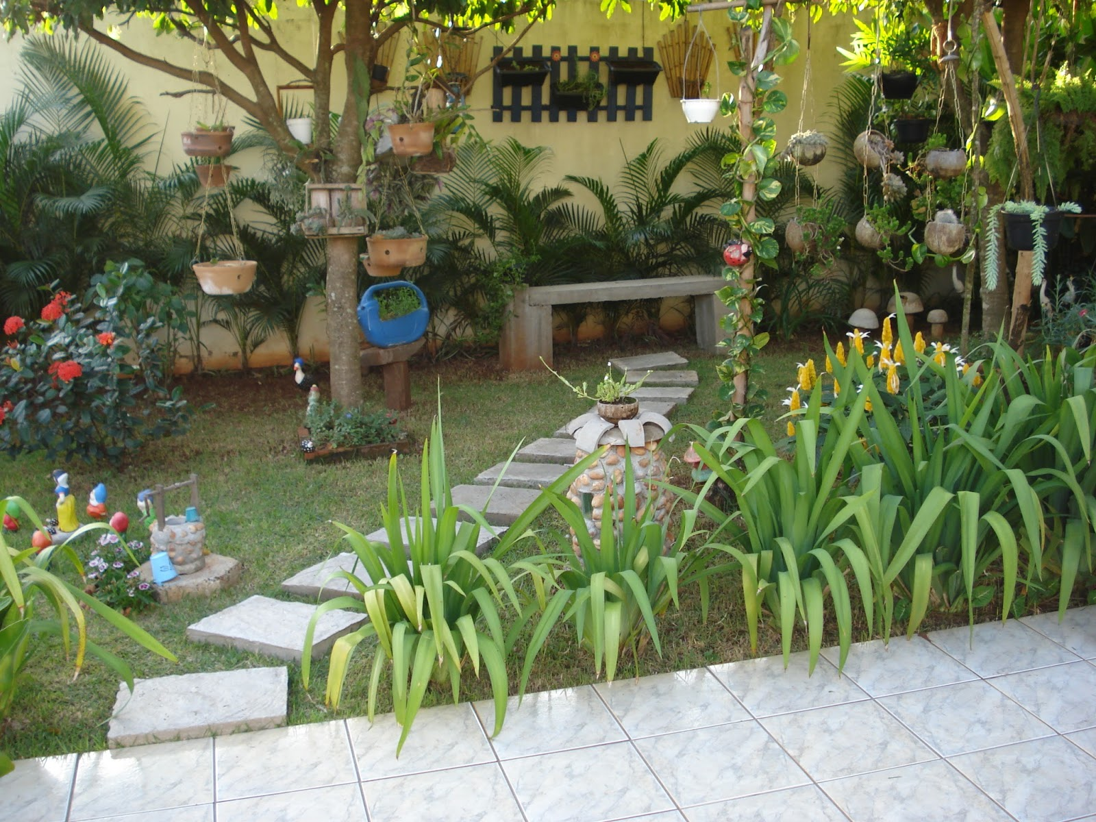 Nada mais lindo que um jardim bem cuidado , com lindas flores e alguns
