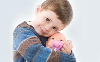 هل من الطبيعي أن ينجذب الولد إلى ألعاب البنات ,صبى الاناث العرائس ,boy child kid carry doll
