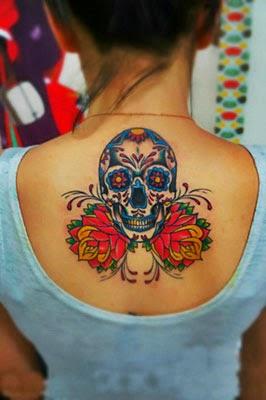 Tattoo de caveira mexicana com flores nas costas