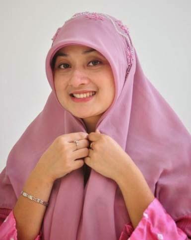Pada tutorial cara memakai jilbab untuk wajah bulat yang akan Jilbab ...