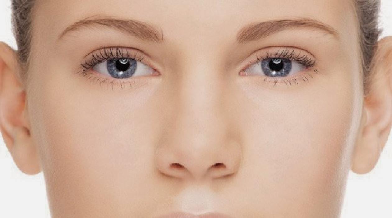 Como luchar con los hinchazones de la mañana de los ojo