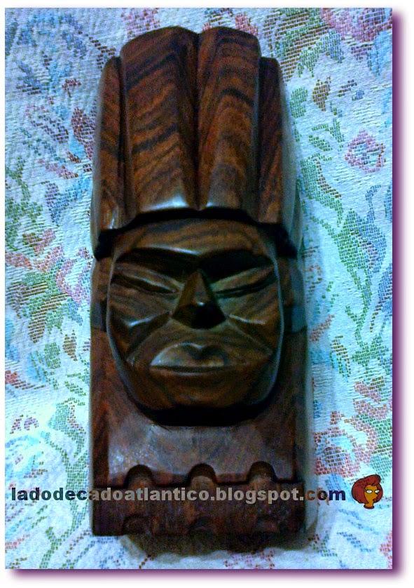 Imagem de uma cabeça indígena feita em jacarandá-da-bahia