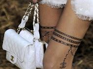 Meias tatuadas da Chanel