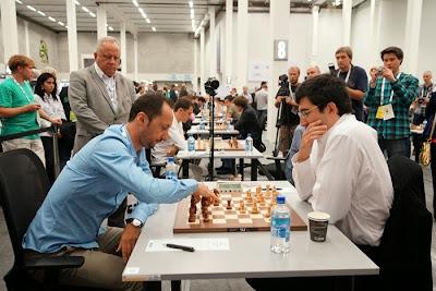 Le Russe Kramnik inflige une cuisante défaite à son adversaire bulgare, Veselin Topalov lors de la ronde 5 - Photo © site officiel