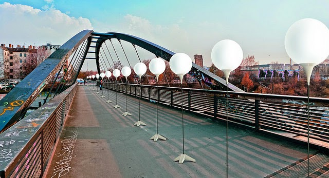 http://www.fubiz.net/2014/10/28/berlin-wall-rebuilt-in-glowing-orbs/
