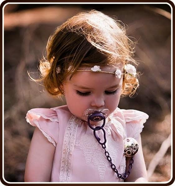 Bebé con chupete y broche de la colección Haute Couture de Suavinex