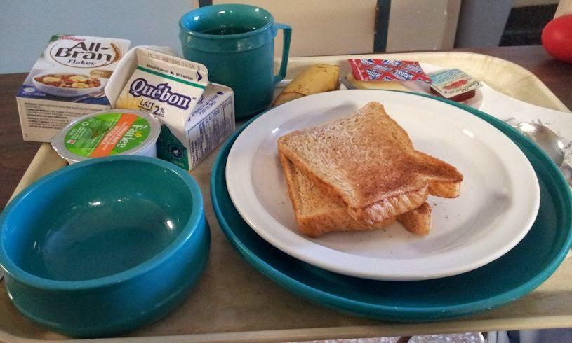 céréales, lait, jus d'orange, toasts, fromage, confiture, café, couverts en plastique, plateau, santé, nutrition