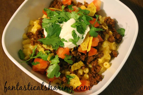 Taco Macaroni & Cheese | Easy homemade macaroni and cheese topped with seasoned beef [you could sub turkey] and plenty of taco fixings! #recipe