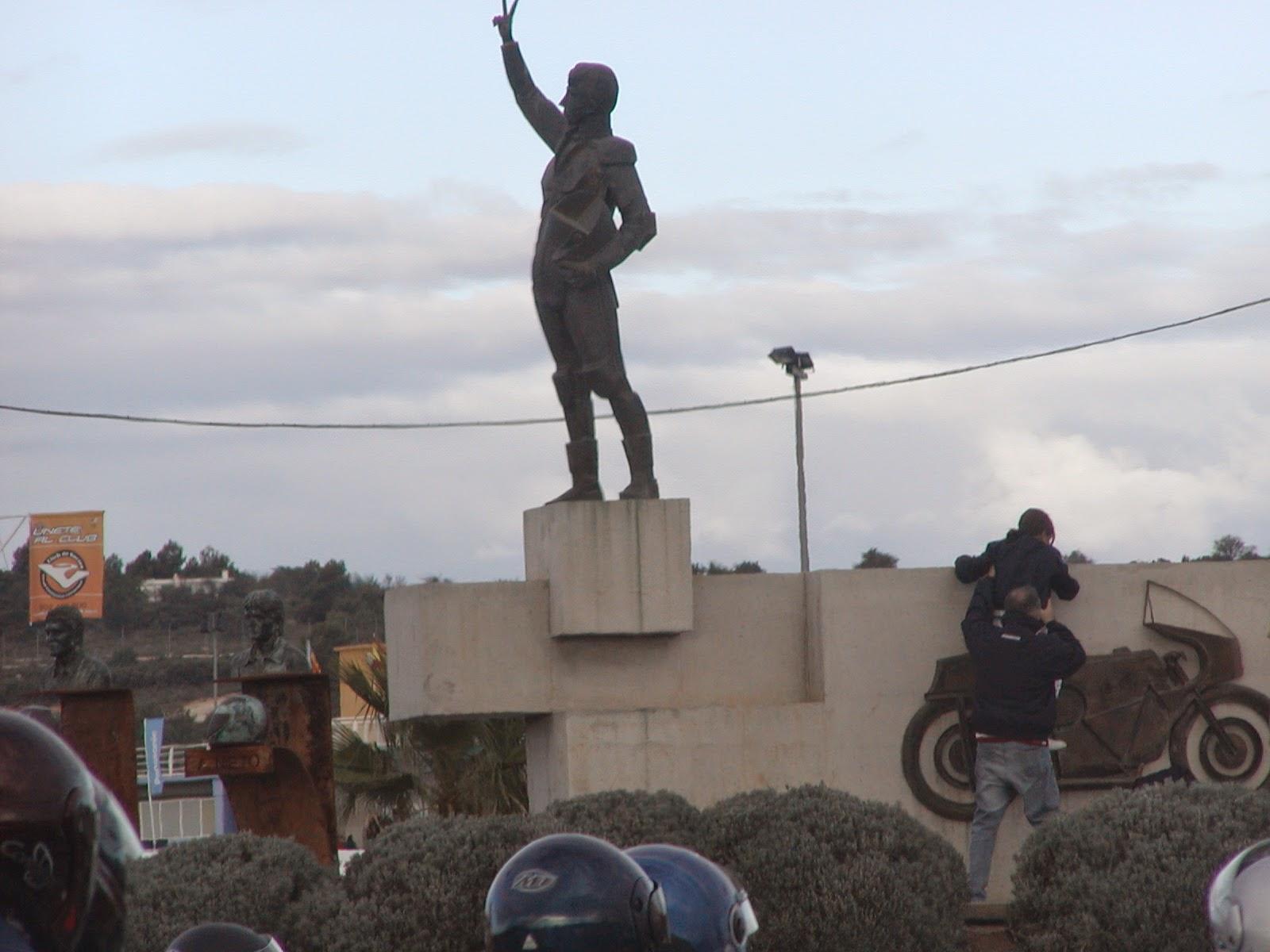 estatua a ricardo tormo en el circuito de cheste
