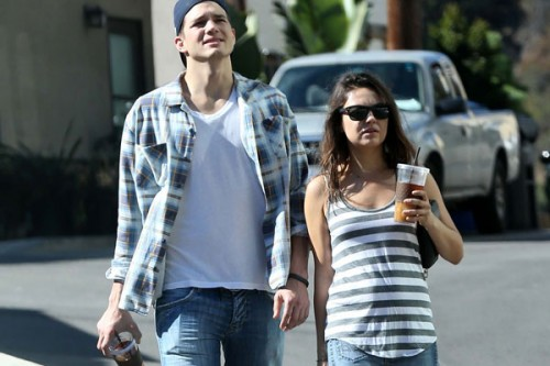 Mila Kunis Is Not Pregnant With Ashton Kutcher S Baby Mila Baby Bump