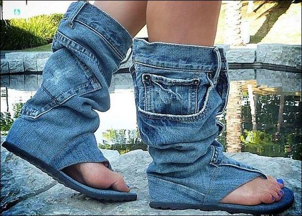 بوت على شكل بنطلون جينز