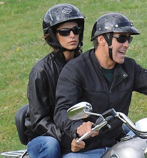 Foto di George Clooney e Elisabetta Canalis in moto