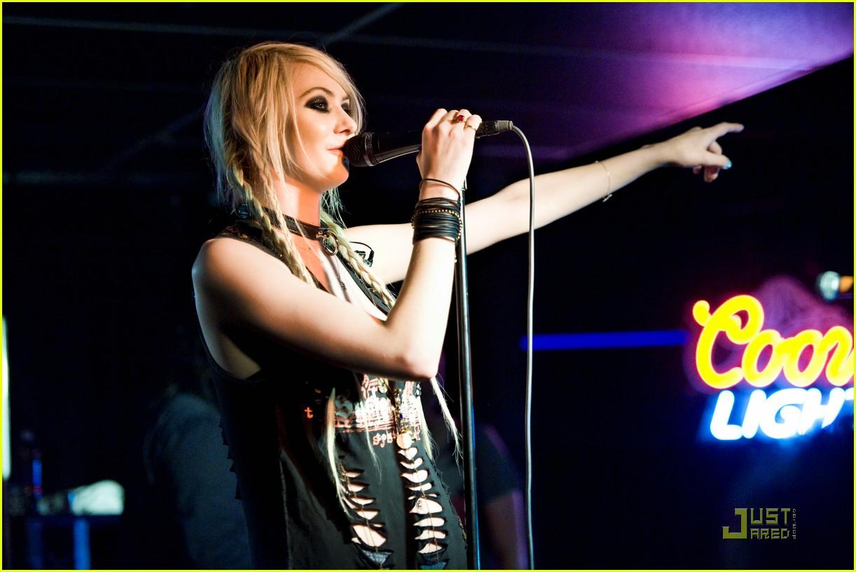 http://1.bp.blogspot.com/-U_waGOITwzo/TYXAdTVA3lI/AAAAAAAAE-o/hgEULWRlRdI/s1600/taylor-momsen-new-jersey-concert-07.jpg