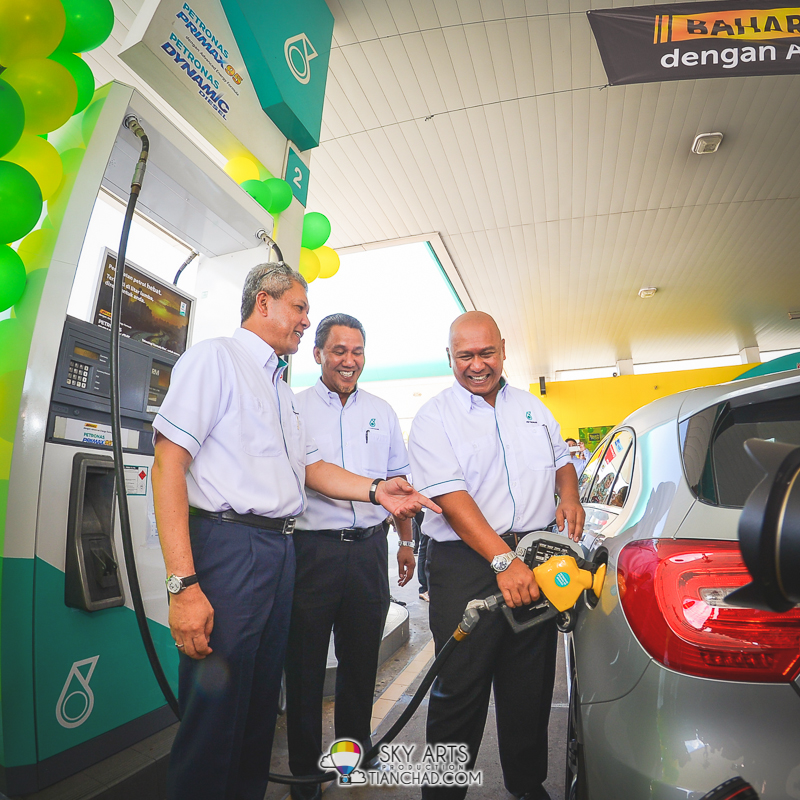 PETRONAS VIPs help consumer pump in the new PETRONAS PRIMAX 95 fuel