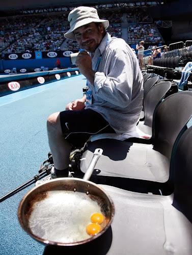 Fotógrafo é flagrado a cozinhar dois ovos no Open da Austrália