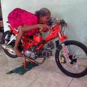 Foto lucu nenek sedang latihan balap motor