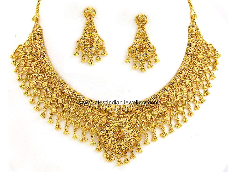 Beautiful gold necklace set with enamel highlights for Simple gold ornaments