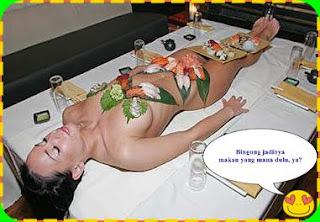 Sushi Ditaruh di Tubuh Wanita