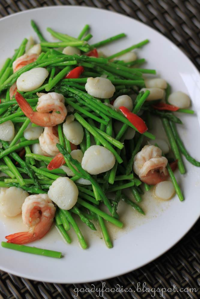 Goodyfoodies recipe chinese stir fried baby asparagus with recipe chinese stir fried baby asparagus with scallops and king prawns forumfinder Images