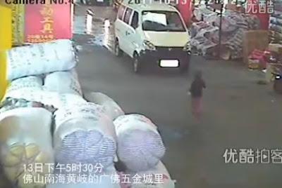 niño chino atropellado dos veces por camiones