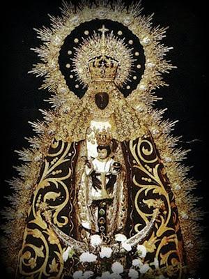 La Virgen de Regla con manto negro y dorado