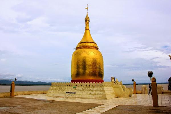 Pagoda Bupaya junto al rio Irawadi en Bagan