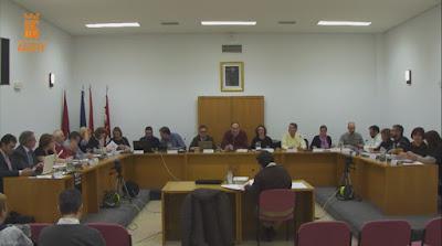 Salón de plenos con la corporación municipal