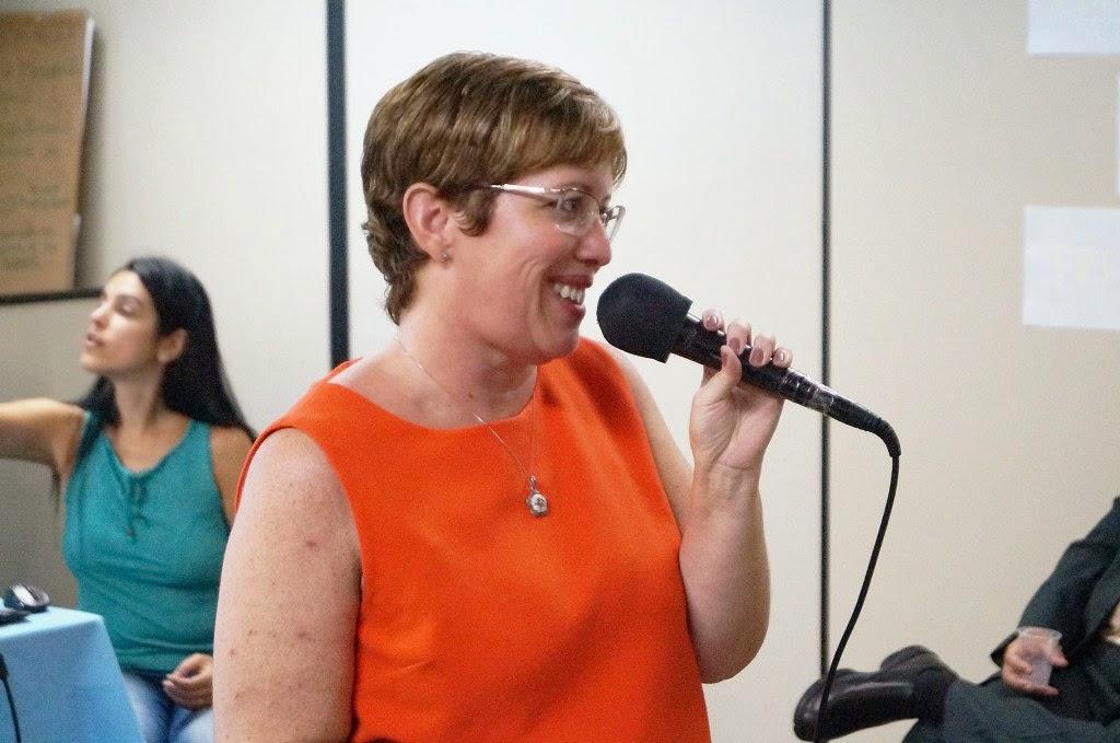 A coordenadora da EJA na Rede Municipal, Ana Paula Coutinho, comemora a abertura da EJA diurna