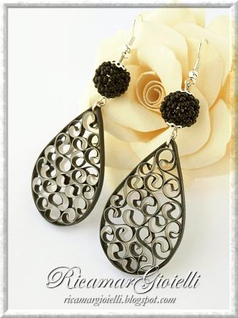 Orecchini con beaded beads e gocce in quilling