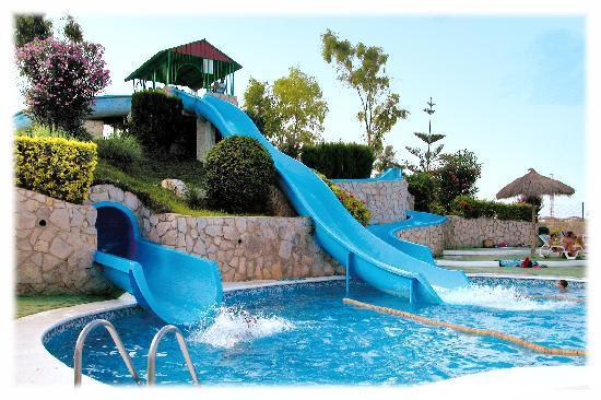 Pe scola en familia un verano refrescante en castell n for Piscinas con toboganes para ninos