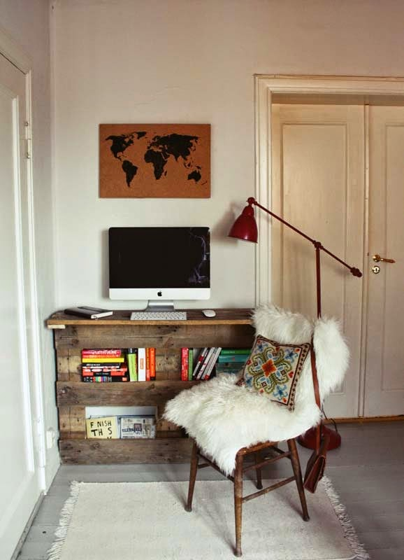 un original escritorio vertical hecho a partir de palets