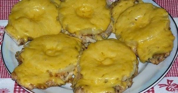 Салат с ананасом и сыром и копченой