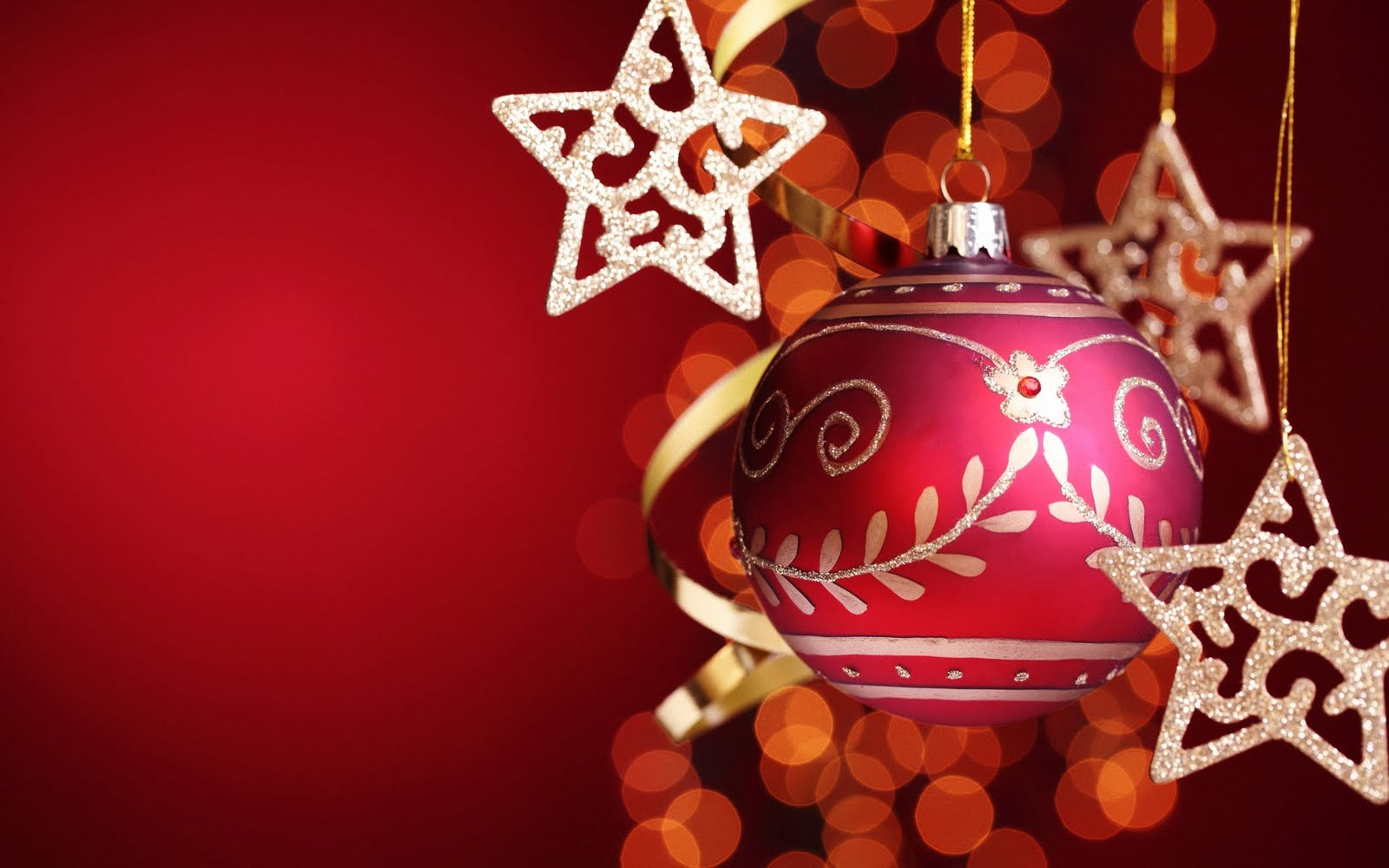 Imagem de Fundo - Bola de Natal e estrelas penduradas