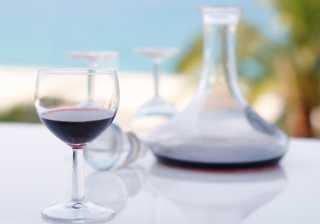 Come ossigenare vino rosso, decantazione vino, aerazione, far respirare