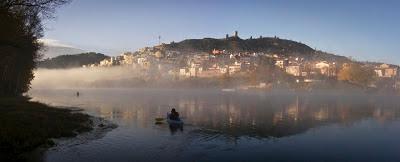 navegant amb caiac el riu Ebre entre la boirina