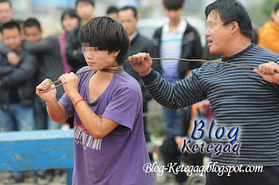Pertunjukan jalanan yang berbahaya di China