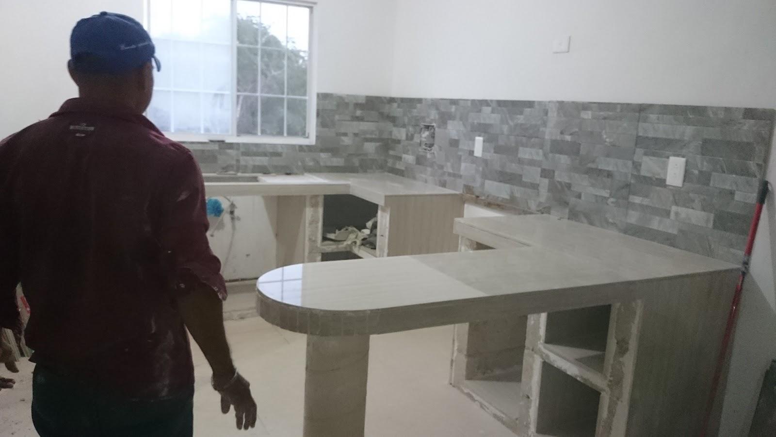 Mr repara cocina en departamento con cubierta y muros de for Desayunadores de concreto