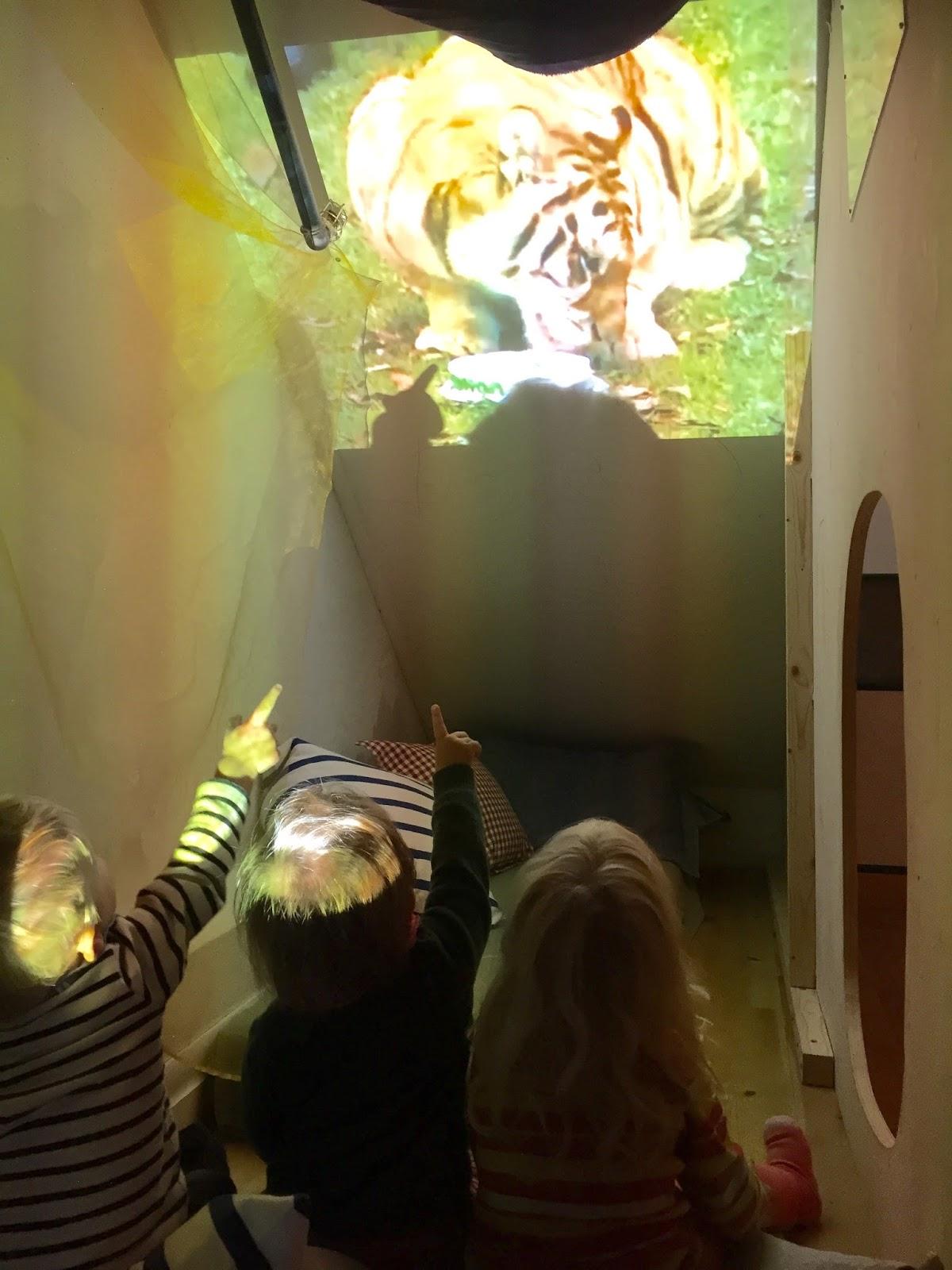 Dr. brandts barnehage: tiger under trappa