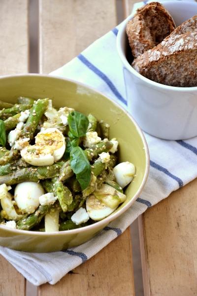 insalata di asparagi, cipolotti, feta e uova di quaglia