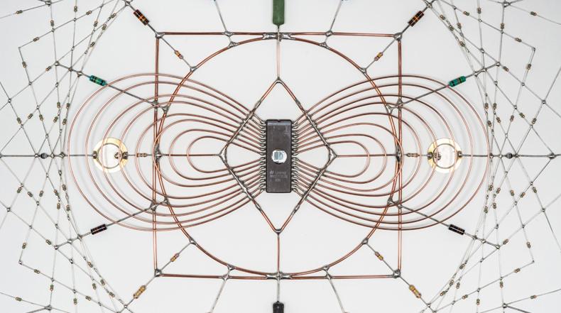 Mandalas tecnológicos hechos de componentes soldadas de radio y computadora
