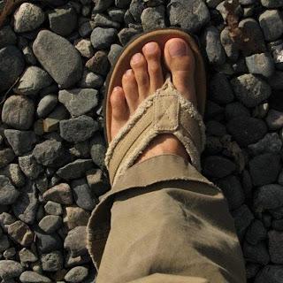 Homem usando chinelo de dedo casual - Pés Masculinos