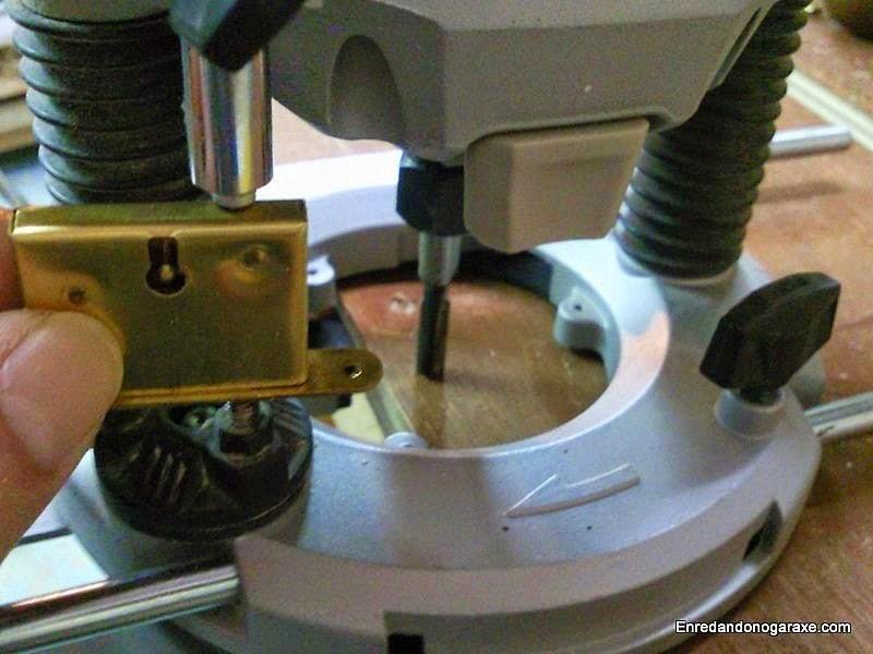 Ajustar la profundidad para embutir la caja metálica. Enredandonogaraxe.com