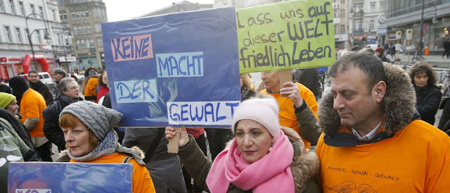 Mulheres alemãs compram armas para se defenderem