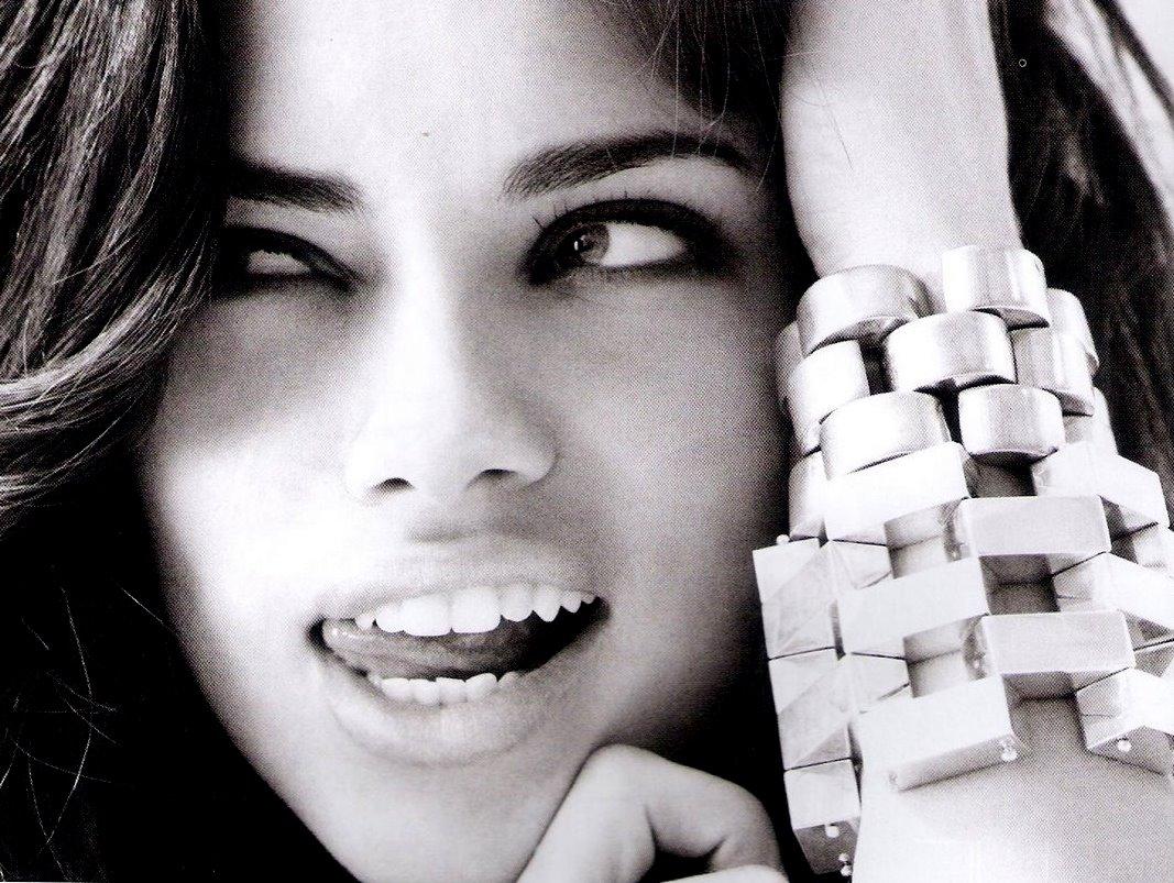 http://1.bp.blogspot.com/-UenmYIr6sKc/TpybMwyDF1I/AAAAAAAAFbg/dl_6myh8DfI/s1600/Adriana+Lima+lips+tongue+elle+mag.jpg