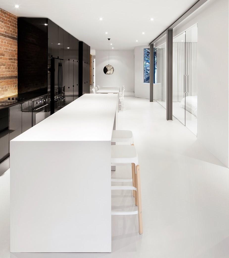 Una cocina negra y blanca como elemento central - Cocinas con estilo