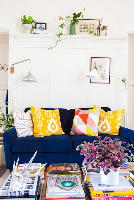 Design fixation navy blue and mustard yellow home decor - Sofa azul turquesa ...
