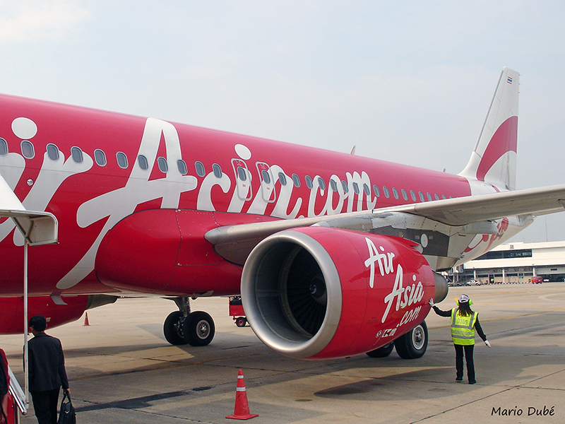 Avion d'Air Asia à l'aéroport de Mandalay (Birmanie)