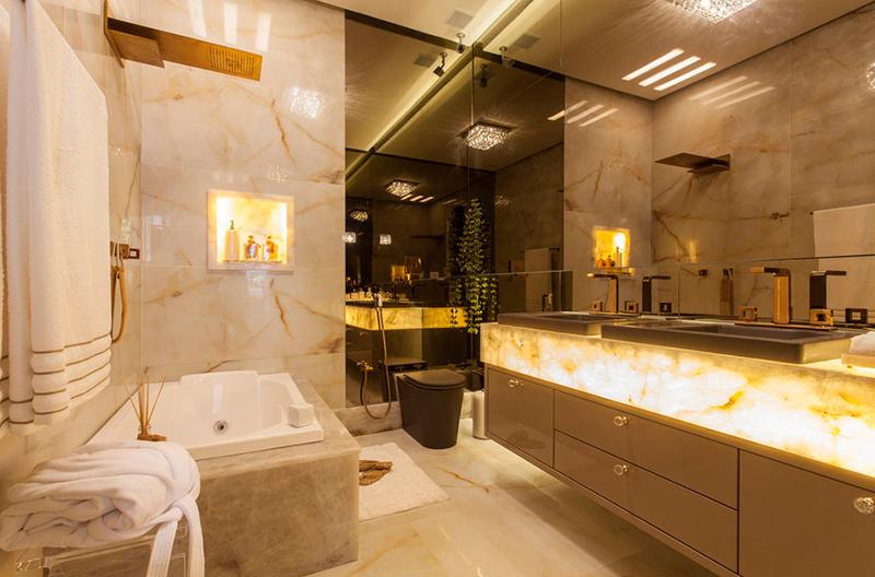 Banheiro decorado com pedra e porcelanato ônix + cor fendi e metais dourado r -> Decoracao De Banheiro Na Cor Bege