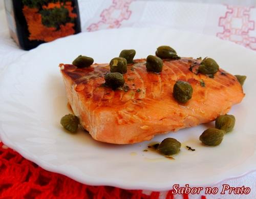 Este salmão é frito no azeite e regado ao molho de alcaparras!