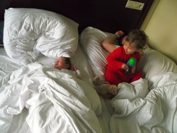 dzieci w hotelu Aurora Międzyzdroje. w czwórkę w jednym łóżku